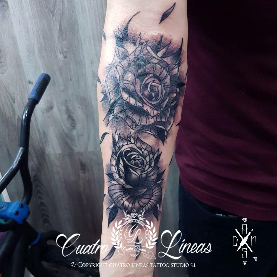 dani rosas erik Tatuaje realizado en carabanchel estudio profesional madrid blanco y negro realismo tatuaje mujer rosa con una flor ornamental mandala lobo tatt