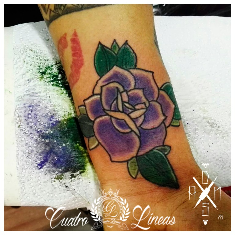rosa dani Tatuaje realizado en carabanchel estudio profesional madrid blanco y negro realismo tatuaje mujer rosa con una flor ornamental mandala lobo tattoo