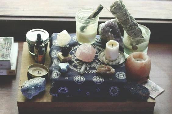 Un lugar sobre algún mueble, adornado con alguna tela especial y con los objetos más sagrados para ti puede ser una buena idea de espacio sagrado.