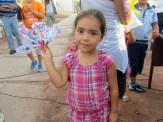 Niñita enseñando sus creaciones.