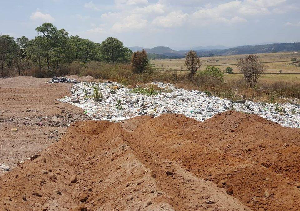 Trabajos de compactación de desechos en el relleno sanitario