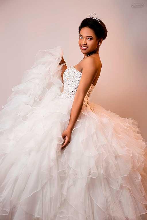 quinceañera cubana con vestido de gala blanca en el estudio de fotografia de cubamodela