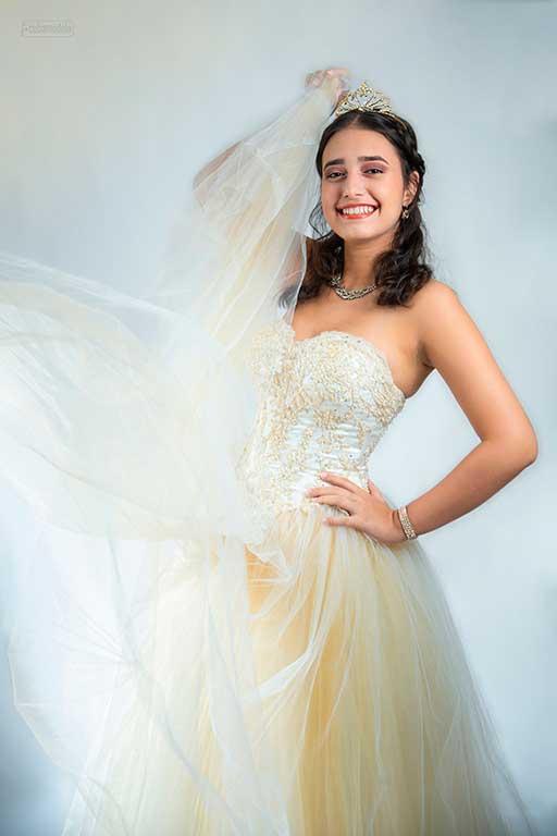 quinceañera cubana feliz en vestido de gala blanco