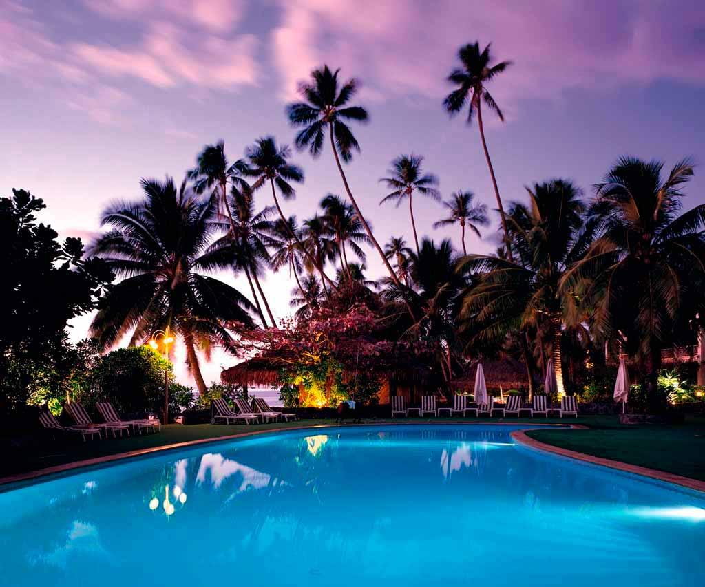 piscina azul con paisaje tropical detras