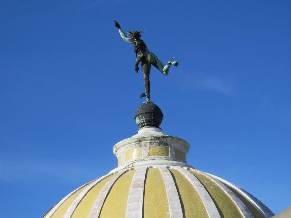 Estatua de cobre del Dios del Comercio Mercurio, sobre la cúpula de la Lonja del Comercio de La Habana