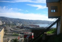 chile-valparaiso-isa-city-behind-house-with-stairs-09