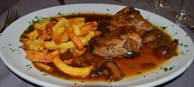Sus buenas carnes como los solomillos ibéricos al Pedro Ximenéz son muy recomendables.