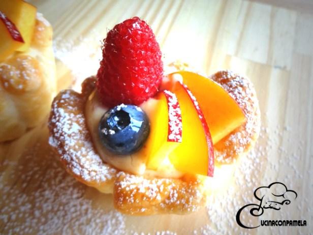 Cestino di sfoglia con crema pasticcera agli amaretti e frutta fresca di stagione