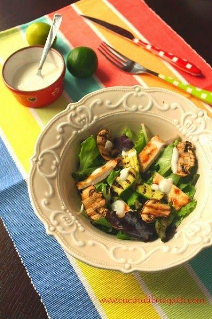 insalata di pollo e verdure grigliate con salsa allo yogurt