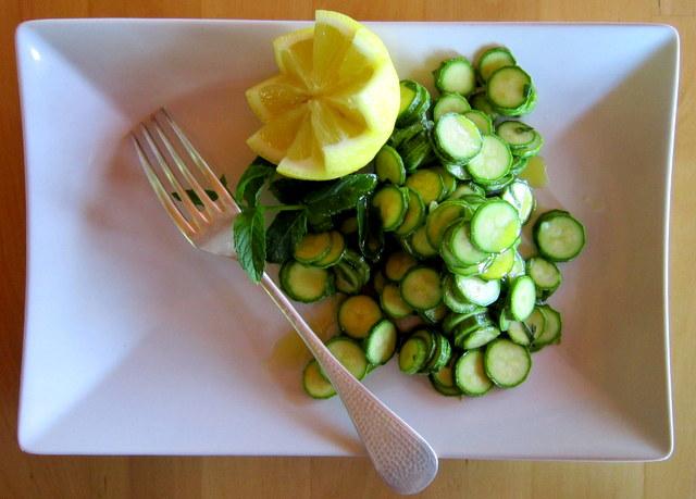 Zucchini crudi alla menta, cibo vivo.