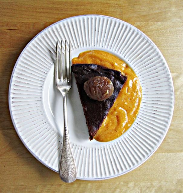 Marroni, torta di marroni e cioccolato con salsa di cachi