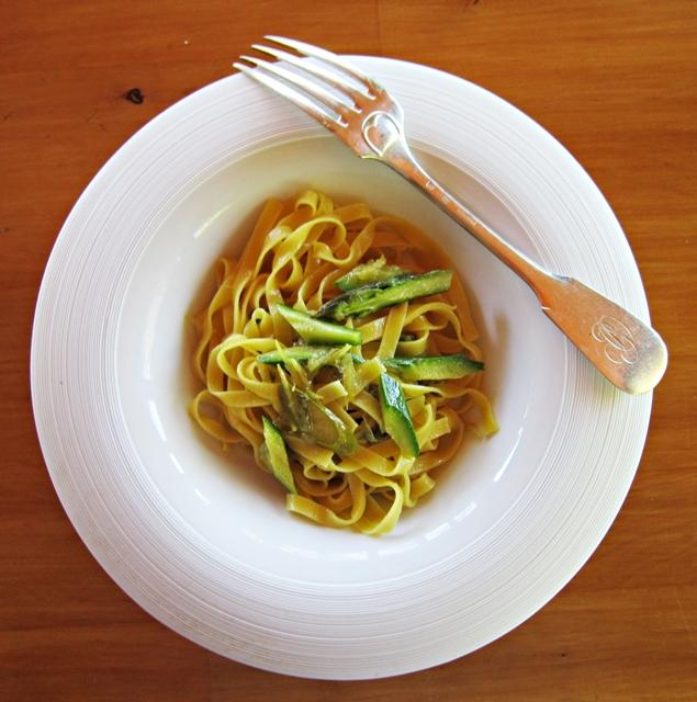 Tagliatelle con cipollotto, zucchine e asparagi, all'odore di limone