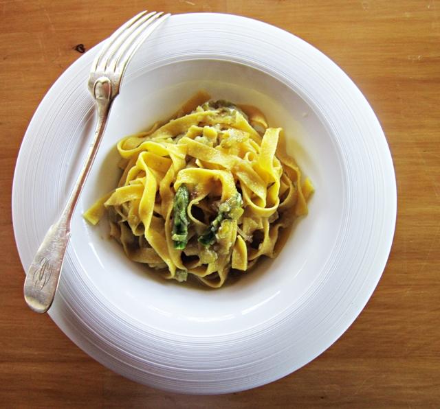 Tagliatelle di mais con porri e asparagi: un primo piatto super goloso