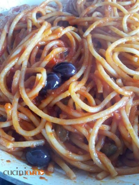 Bucatini olive nere e capperi