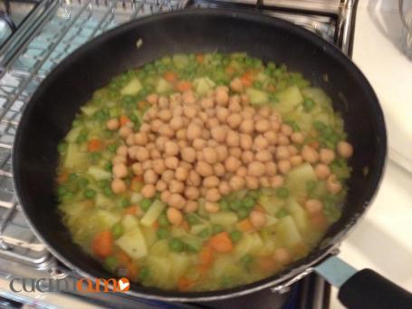 Misto di verdure spadellate con aggiunta di ceci