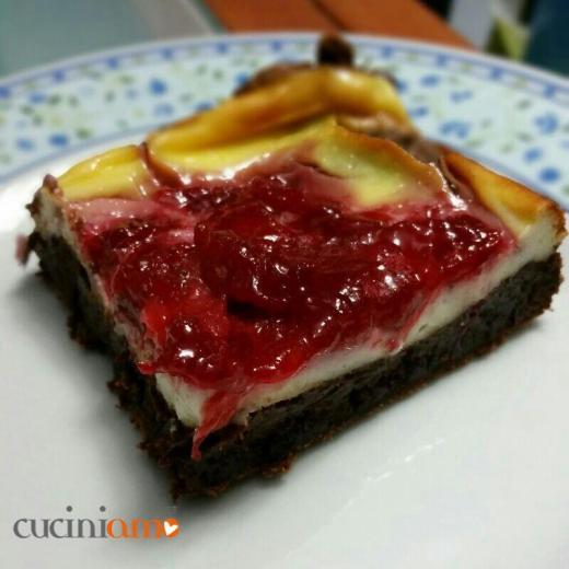 Cheesecake su pasta biscotto al cioccolato e salsa di fragole