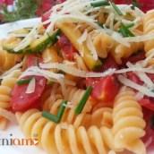 Pasta con zucchine e pomodorini marinati all'erba cipollina