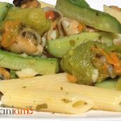 Pasta con le cozze e fiori di zucchina