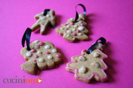 Decorazioni biscottose per l'albero di Natale