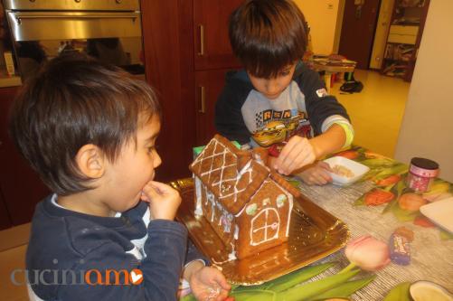 Piccoli pasticceri alle prese con la ginger house