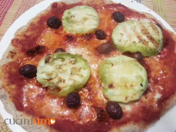 Pizza a lievitazione mista con farina integrale, nduja, olive taggiasche e melanzane grigliate