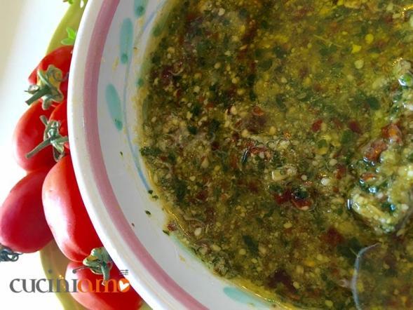 Pesto basilico, mandole e pomodori secchi
