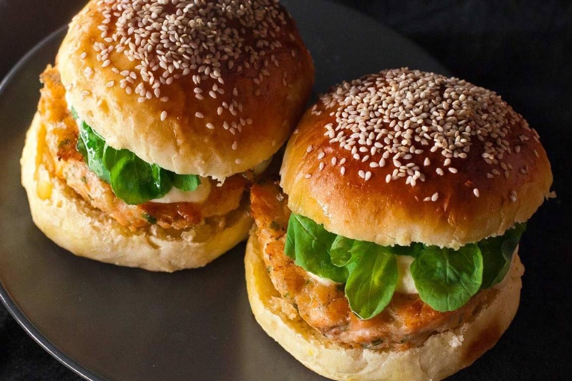 Dos hamburguesas de salmón con pan de patata casero y rúcula