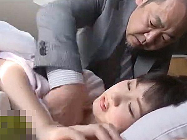 ★エロドラマ・近親相姦|凌辱★『動くなッ!ジッと、シてなさい..』具合が悪くて寝てる可愛い娘に襲いかかる鬼畜オヤジですョ