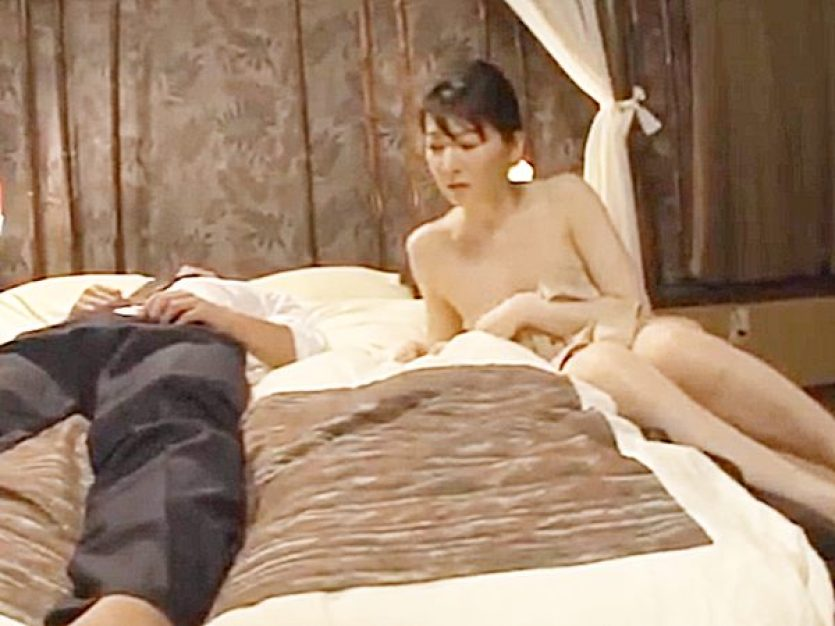 ◆出張相部屋 大橋ひとみ◆勃起しながら寝ている男性部下の姿にムラムラしちゃう色白美熟女上司!?頭の中はエロ妄想でイッパイ