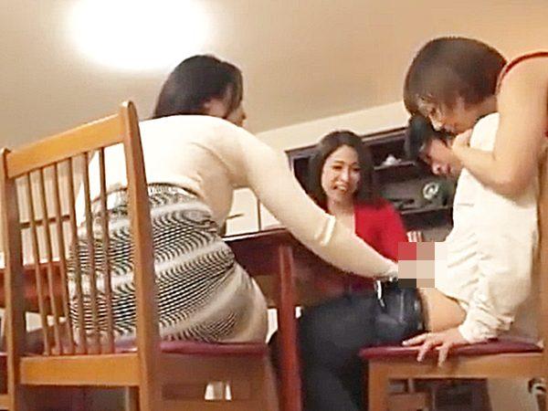 ◇痴女◇『わっ、凄い..♡』隣に引っ越してきた若者を食事に招待。。ビッチ母親・姉妹が勃起チンポに襲いかかりますョ..
