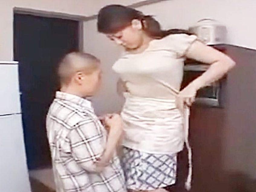 ☆エロドラマ・寮母|美熟女・山口玲子☆『あッあぁぁ..』服を脱ぎデカパイで優しく若者をエロく癒やしてくれる爆乳おばさん