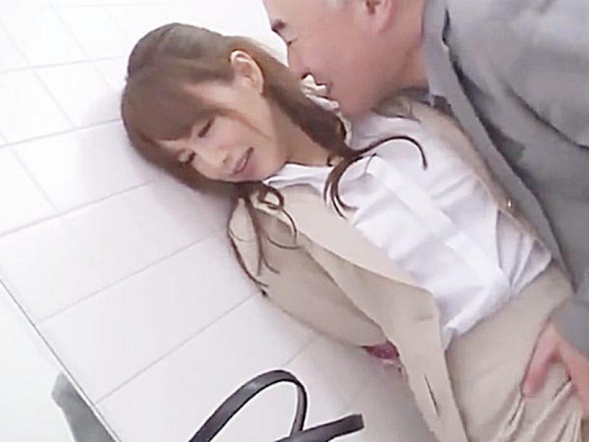◆エロドラマ|女捜査官・吉沢明歩◆『アンタ、痴漢OK娘だろ?』電車の続きをトイレでされちゃうスレンダー美女ですが..