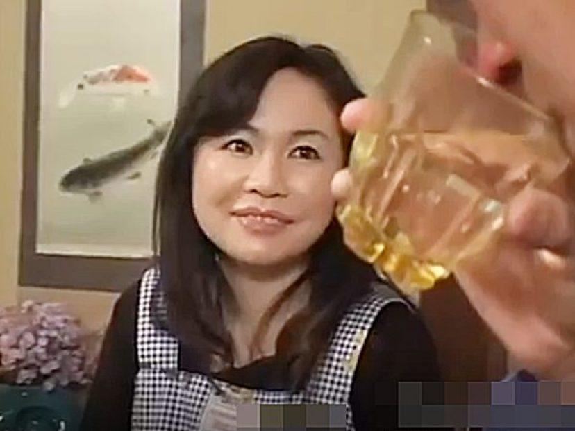 ★人妻NTR|浮気妻★『うふふっ..♡』お気に入りの部下と宅飲みする上司夫婦。。泥酔した旦那に代わって相手する奥様ですが