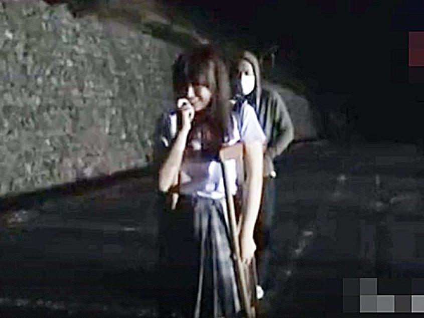 ☆婦女暴行|制服JK娘☆『。。やった..♡』彼氏とキスしてルンルンな、怪我して松葉杖すがたの可愛い少女ですが。。背後に?