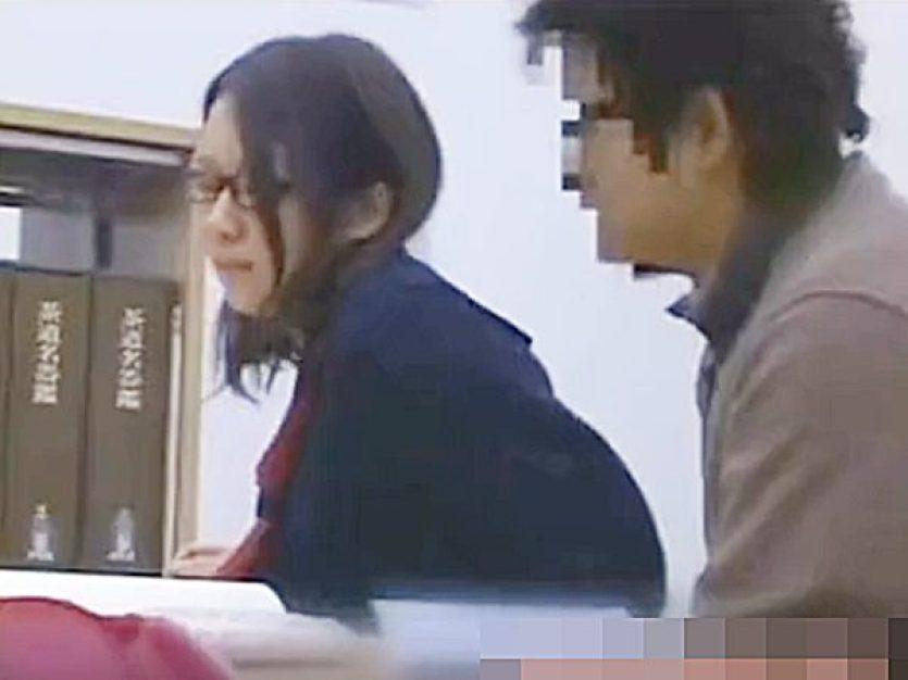 ☆凌辱・図書館|コスプレ・制服JK娘☆『んんっ、、』見知らぬ男に痴漢される地味メガネ少女!?必死に声我慢して耐えますョ