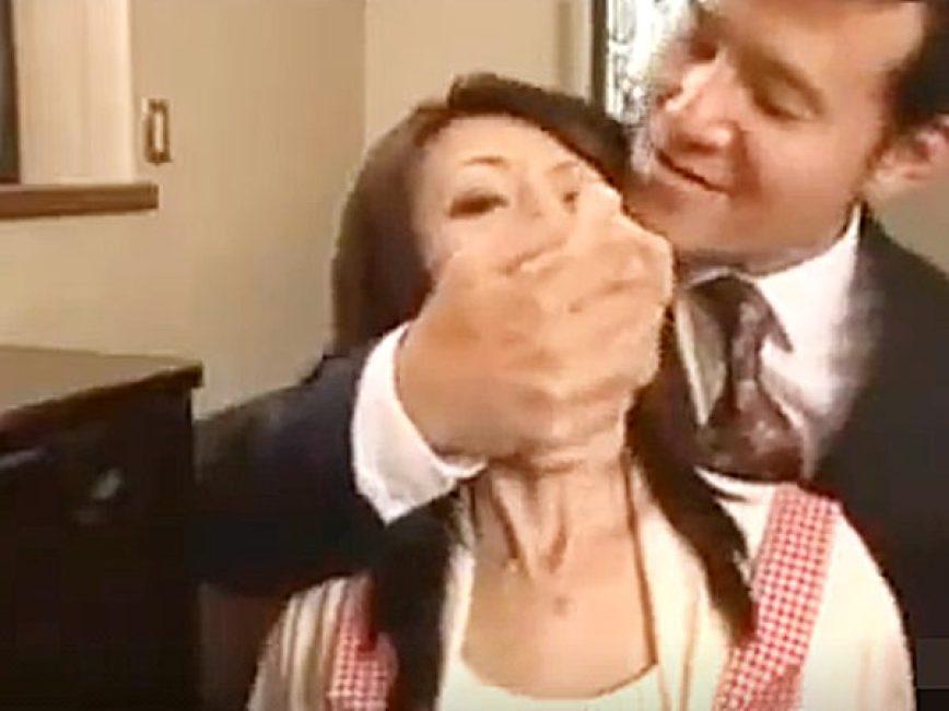 ☆エロドラマ・人妻NTR|強姦・芹沢恋☆『うっうっ、、!?』保険の営業マンを自宅にあげる美人奥様。。薬で眠らされますョ