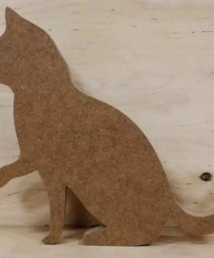 Siedzący kot z łapką w górze