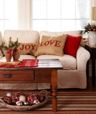 pretty holiday decorations: rustic living room