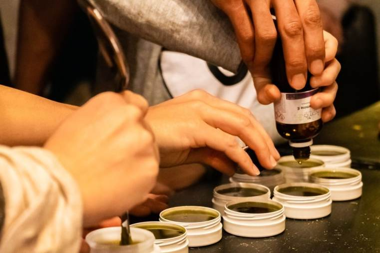Préparation d'un onguent au plantain durant un cours sur les plantes médicinales. Cueilleurs Sauvages.