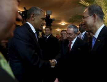 Obama and Raúl Castro shake hands at Summit of the Americas.