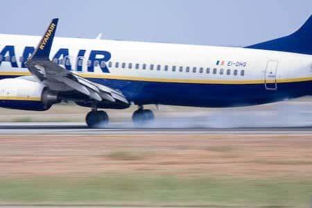 Avion aterrizando en el aeropuerto de Valencia