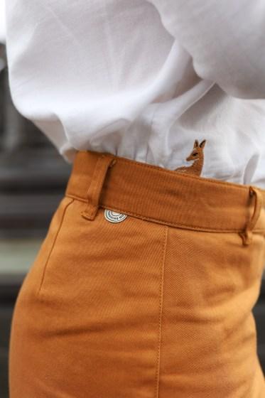 Zoom sur le pantalon éthique Thinking Mu