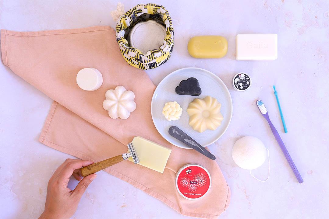 Sélection de 10 produits cosmétiques solides pour une salle de bain zéro déchet.
