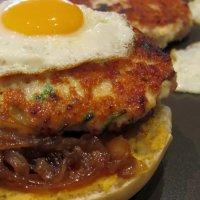 Hamburguesa de pollastre amb ceba caramel·litzada