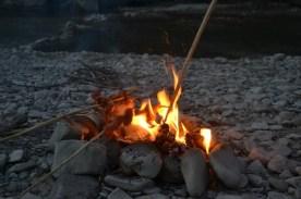 Incontournable : la viande grillée au feu de bois en pleine nature !