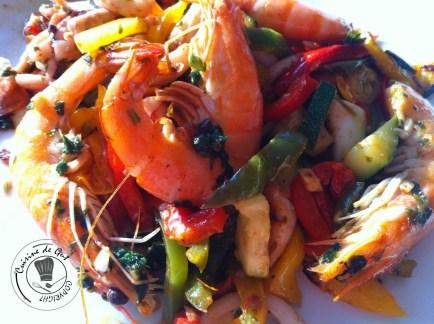 Plancha d'encornets poivrons courgettes tomates assiette