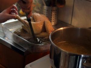 sortez la poule cuite de la cocotte et mettez la dans un plat