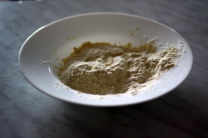 une assiette remplie de farine pour rouler les rondelles de courgette dedans