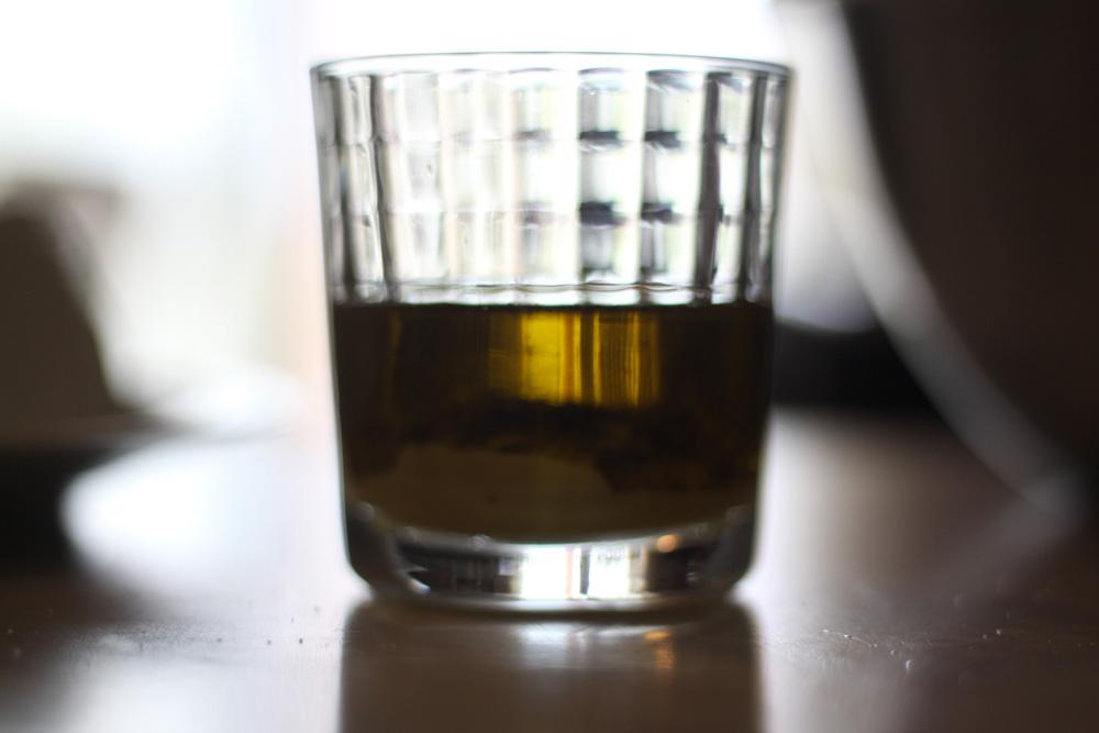ajout d el huile d'olive pour vinaigrette de salade grecque