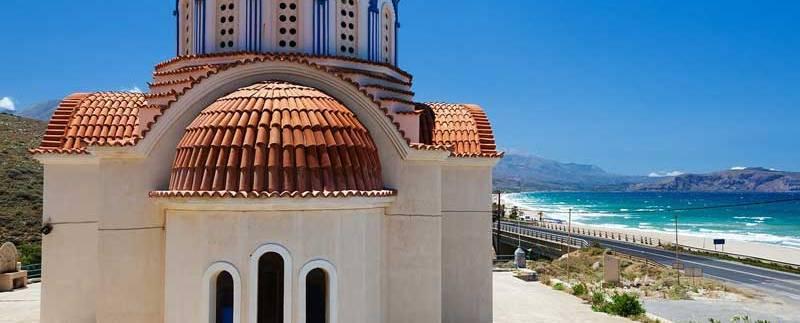 une magnifique eglise orthodowe blanche grecque en bord de mer